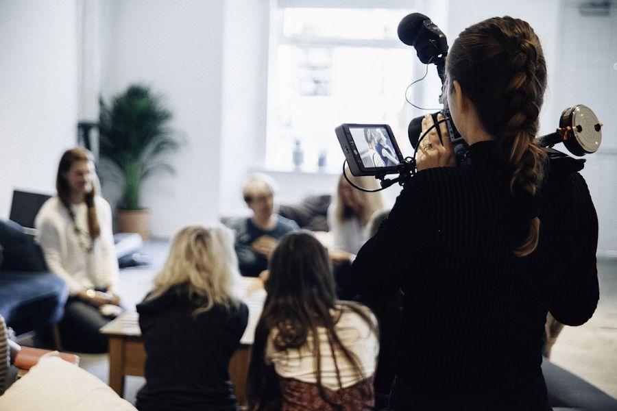 مصاحبه در محل مرتبط با پروژه، پرده از اطلاعات بسیار کاربردی برمیداره. برای تضمین دقتِ تحقیقات از روشهای مختلفی برای ضبط اطلاعات استفاده کنین مثل نت برداری و ضبط صدا